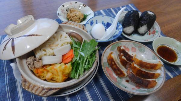 鍋焼きうどん おにぎり たちの煮付 焼き餃子 今日は寒いので鍋焼きうどん 具はかき揚げ、生シイタケ、太ネギ、水菜 枝かま、鳥肉、豚コマ、人参、卵です。
